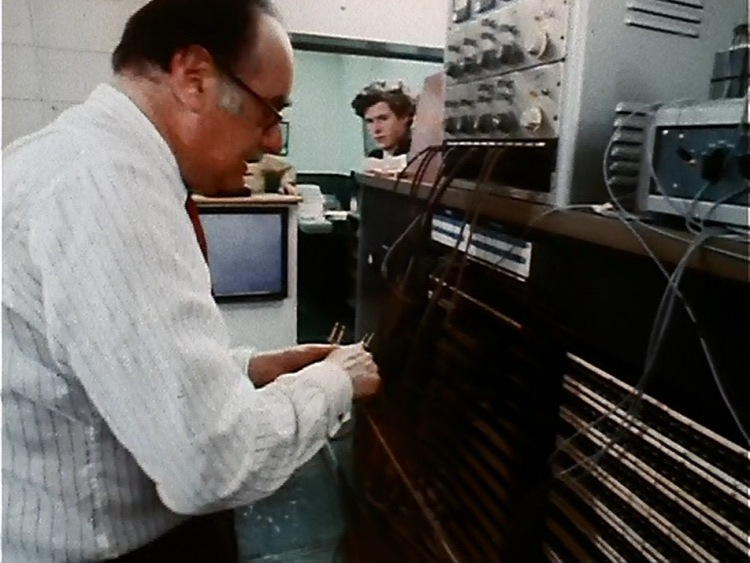 (L-R) Sound engineer, Stephen Paley. This image may be my favorite -- Paley peeks around, perhaps soley to put his eye on the camera crew. Screen cap by Martha Wade Steketee.